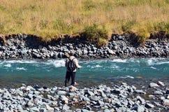 Pesca con mosca del pescador en Fiordland Imagen de archivo libre de regalías