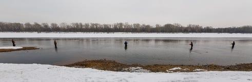 Pesca con mosca en el invierno Imagenes de archivo