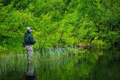 Pesca con mosca en el lago mountian Imagenes de archivo