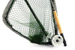 Pesca con mosca Rod y carrete con la red de aterrizaje en el fondo blanco Imagenes de archivo