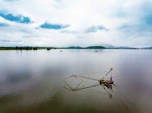 Pesca cuadrada de la red de inmersión en el lago con el backgr de la montaña y del cielo azul Imagen de archivo libre de regalías