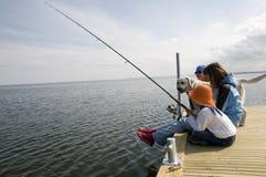 Pesca da família com cão Fotos de Stock Royalty Free