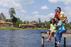 Pesca da família no molhe por Lago Foto de Stock Royalty Free