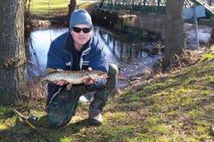 Pesca da mola de Pike no rio Imagem de Stock