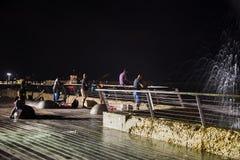 Pesca da noite no telefone Aviv Boardwalk Fotos de Stock Royalty Free