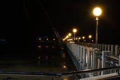 Pesca da reflex?o da sombra da luz da noite do porto fotografia de stock royalty free