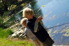 Pesca de 2 meninos Fotos de Stock Royalty Free