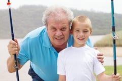 Pesca de abuelo del nieto fotografía de archivo libre de regalías