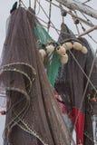 Pesca de caída de las fuentes en el barco Imagen de archivo