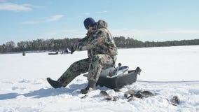 Pesca de deporte de invierno bajo del invierno, afici?n del invierno metrajes