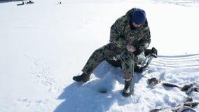 Pesca de deporte de invierno bajo del invierno, afici?n del invierno almacen de video