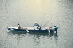 Pesca de dois homens em um barco Imagem de Stock