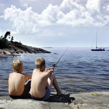 Pesca de dois meninos Fotos de Stock