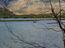 Pesca de dois pescadores no lago Butrint fotografia de stock royalty free
