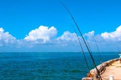 Pesca de la barra y de carretes panorámicos de pesca con cebo de cuchara con cebo de cuchara Foto de archivo