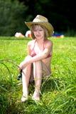 Pesca de la chica joven en el lago Imagenes de archivo