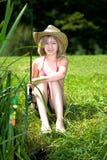 Pesca de la chica joven en el lago Imagen de archivo libre de regalías