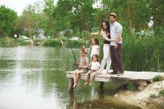 Pesca de la familia imagenes de archivo