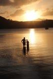 Pesca de la familia del padre y del hijo en la puesta del sol Imágenes de archivo libres de regalías