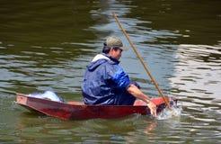 Pesca de la lanza del pescador en un barco en el lago del oeste en Hanoi Fotografía de archivo libre de regalías