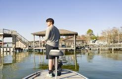 Pesca de la lubina en barco bajo en el lago Imagen de archivo