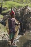 Pesca de la mujer de Taru del Nepali con la red Fotografía de archivo