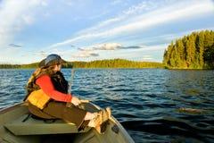 Pesca de la mujer en barco fotos de archivo
