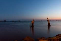 Pesca de la noche en el lago, Italia imagenes de archivo