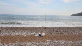 Pesca de la playa en el mar Mediterráneo metrajes