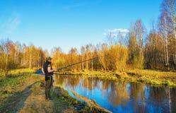 Pesca de la primavera en un pequeño río Fotos de archivo libres de regalías