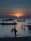 Pesca de la red de pesca del hombre en Bali Imagen de archivo libre de regalías