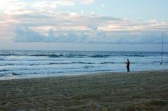 Pesca de la salida del sol en la playa en los hatteras Carolina del Norte fotografía de archivo