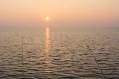 Pesca de la tarde en el lago imagenes de archivo