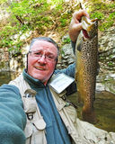 Pesca de la trucha de la vida en el campo Imagen de archivo