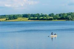 Pesca de la trucha en el agua de Bewl, Kent fotos de archivo libres de regalías