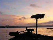 Pesca de lago en el amanecer Foto de archivo libre de regalías