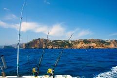 Pesca de las barras del barco de pesca con cebo de cuchara con cebo de cuchara en Cabo mediterráneo Nao Cape fotos de archivo