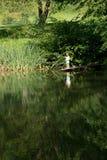 Pesca de Little Boy da borda da doca de madeira Fotografia de Stock