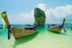 Pesca de los barcos y de la señal tailandeses en la isla de Poda Fotos de archivo libres de regalías