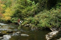 Pesca de mosca de la muchacha Fotografía de archivo libre de regalías