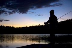 Pesca de mosca en aguas tranquilas Fotografía de archivo libre de regalías