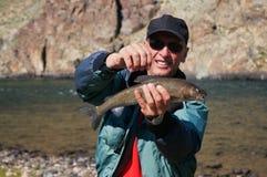 Pesca de mosca en Mongolia - pescado del grayling Foto de archivo