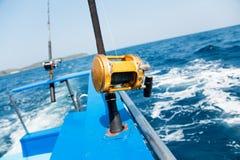 Pesca de pesca à linha com o barco de motor no mar tropical imagens de stock