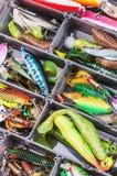 Pesca de señuelos y de los accesorios en el fondo de la caja Foto de archivo libre de regalías
