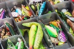 Pesca de señuelos y de los accesorios en la caja Foto de archivo