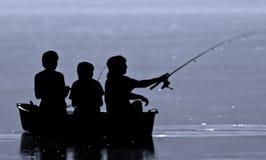 Pesca de tres muchachos Imagen de archivo libre de regalías