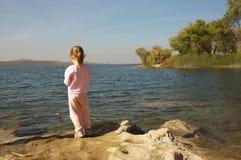 Pesca del bambino in giovane età Immagini Stock