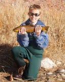 Pesca del bambino - tenere una grande trota fotografia stock libera da diritti