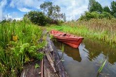 Pesca del barco de madera en el lago Imágenes de archivo libres de regalías
