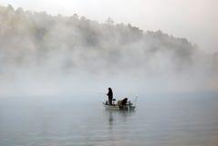 Pesca del barco en la niebla imagenes de archivo